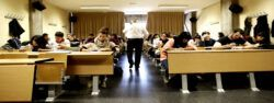 Empleo profesor aula 250x94 - Más de 2000 plazas para docentes en Junta de Galicia